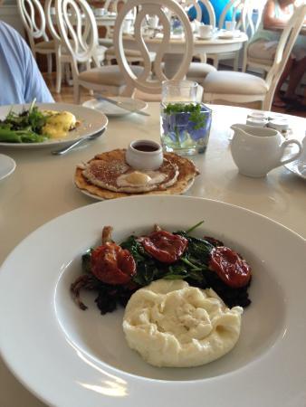 The Edgewater Inn: Lovely sunny dinning room