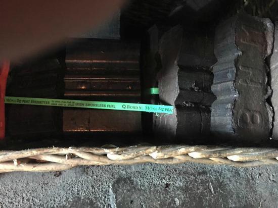Carrigaholt, Irlanda: Pressed peat bricks for the turf fire