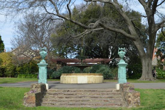 Victoria Gardens: Up the steps to the fountain