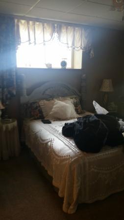 Sawin' Logs: bedroom