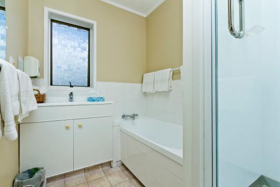 Takapuna Motor Lodge: 3 Bedroom Apartment Bathroom ( Shower Box and Bath Tub)