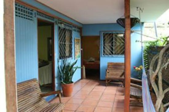 Jacaranda Hotel and Jungle Garden: Entrada a la habitación