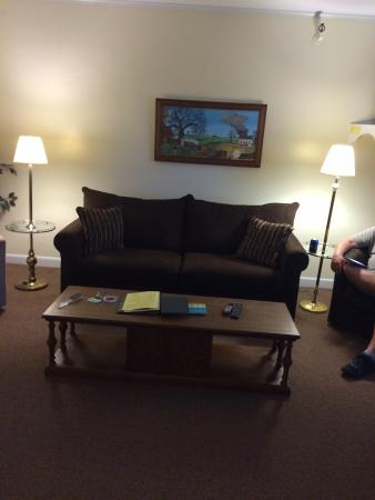 Poland Springs, Μέιν: Living area in a mountain view suite - one of the largest rooms they have.