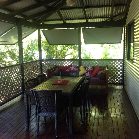 Cocos Beach Bungalows: Verandah of bungalow