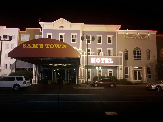 Sam's Town Hotel & Gambling Hall: @sttunica great rooms, king,no smoking, refrigerator, coffee maker, clean, quiet, but a happenin