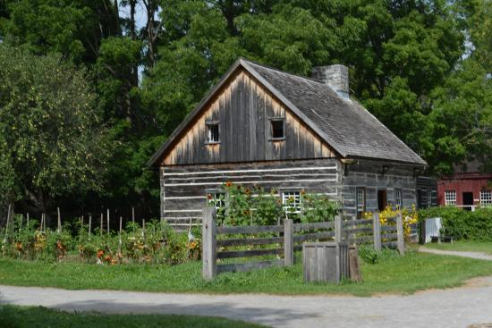 Beautiful little house picture of upper canada village for Belle case in canada
