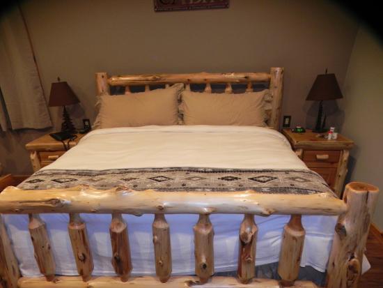 Summit Lake Lodge: king bed