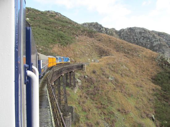 Taieri Gorge Railway: Crossing a viaduct