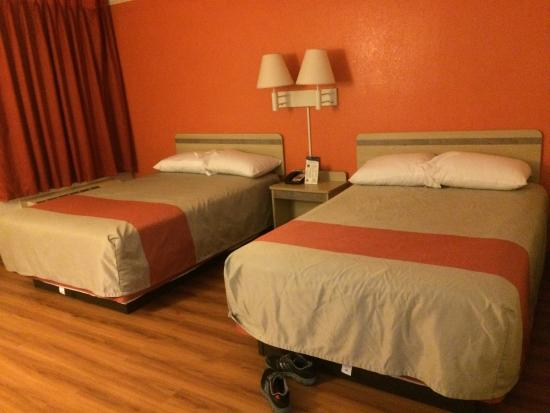 Motel 6 Waukegan: 2 full beds non smoking