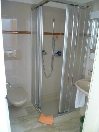 Hotel Bambi: Shower of a room with balcony on the second floor
