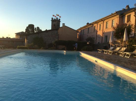 Gualdo, Italia: Piscina ed appartamenti