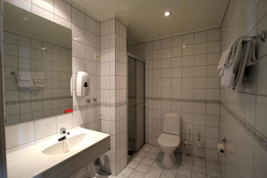Vestfjord Hotell: Tiled bathrooms with heated floors.