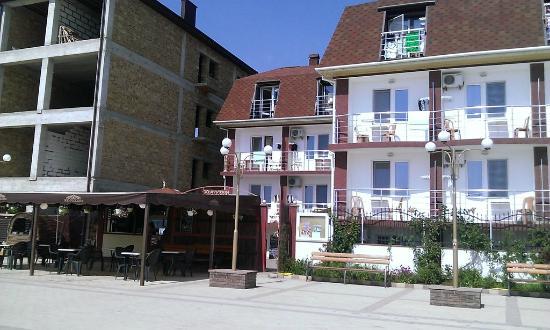 Saki: Вид на отель и ресторан