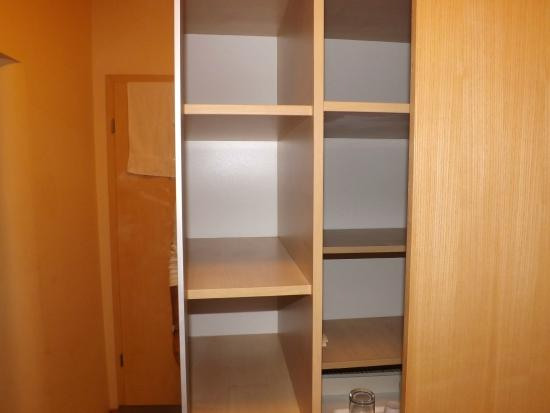 Hotel Laterum: Sliding doors so arranged could not get unimpeded access to central shelves, shelves not dusted.