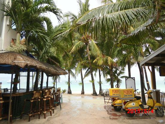 Boracay Pito Huts: ホテル入口から見た景色