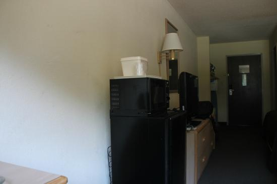 Quality Inn Beacon Marina: Microwave, minifridge and lard long flat screen TV in Room 105