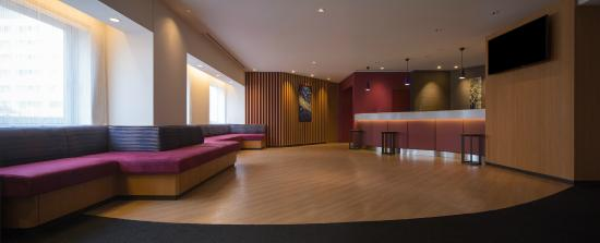 E Hotel Higashi Shinjuku: Lobby and Fron desk (24h open)