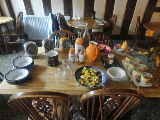 Badgers Hall: Desayuno: cereales, zumos, yogures y fruta