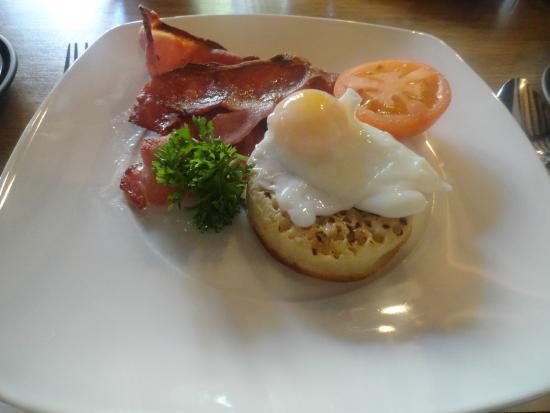 Badgers Hall: Desayuno: crumpet con beicon, huevo y tomate
