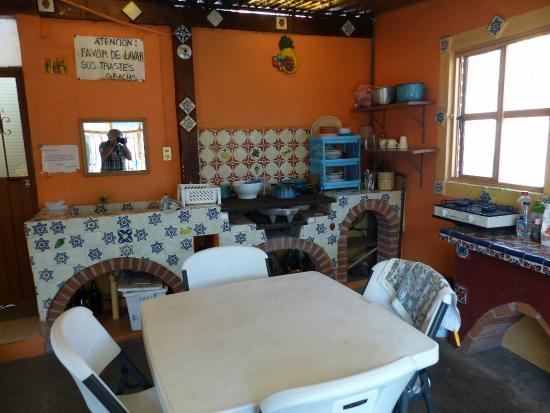 Hostal Casa Bertha: A cozinha (autoretrato meu no espelho).