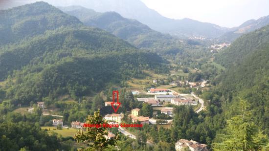 L'albergo Regina Giovanna visto dalla rocca di Arquata del Tronto dove albergò la Regina Giovann