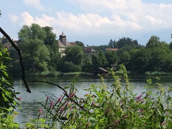 Hoeglwoerther See: Wunderschöner romantischer Waldsee bei Anger. Ideal für Wanderungen und an vorgezeichneten Einst