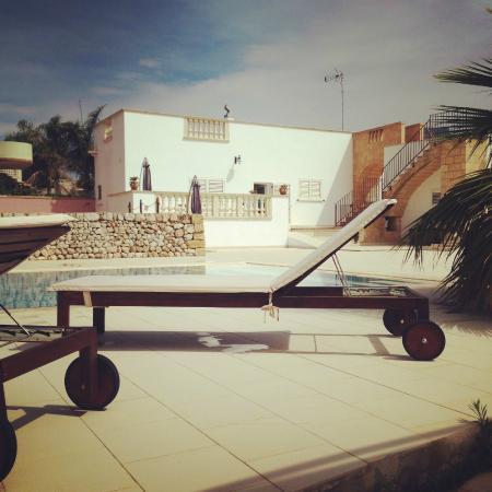 B&B Masseria San Dana : Vue depuis la piscine sur notre hébergement Il Vecchio Magazzino