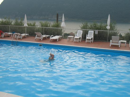 Albergo Rotelli : en avant plan la piscine, en arrière plan le lac avec Monteisola