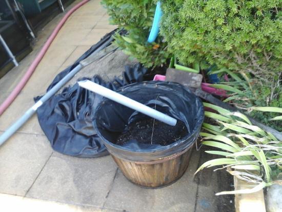 LOGIS LES PARCS : matériel qui traine dans la cour extérieure