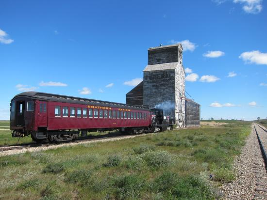 Train with Horizon elevator  - Picture of Southern Prairie