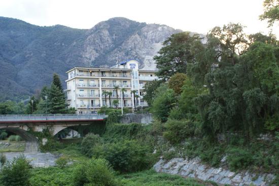 Hotel Alpi : Zicht op het hotel vanaf het strand van Lago Maggiore