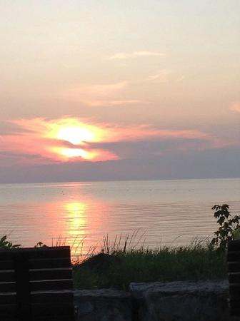Sand Castle Suites Motel: port elgin sunset