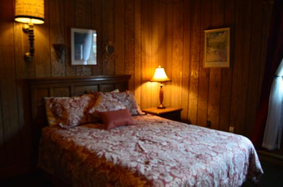 The Viking Lodge and Ski Shop: Queen Bed