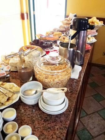 Mesa do café da manhã !!! - Foto de Hotel San Marco, Extrema ...
