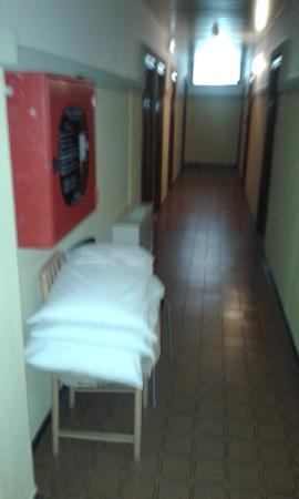 Hotel Baltic: corridoio con cusicini e biancheria fissi