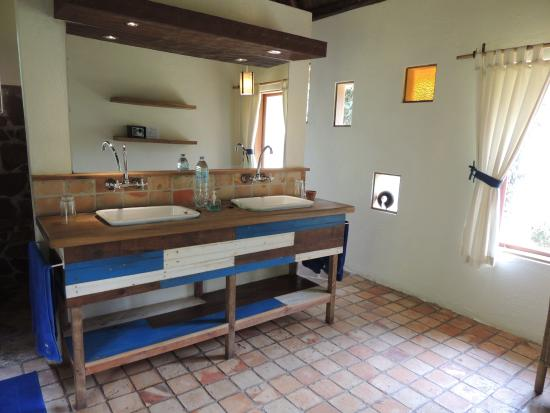 Bwindi Lodge: bathroom