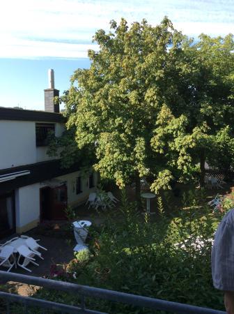 Waldesch, Alemania: Blick vom Zimmer in den Garten auf den Frühstücksraum