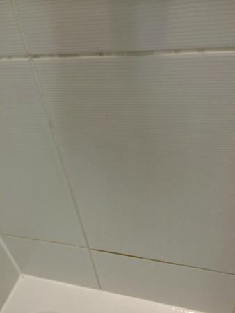 Hampton By Hilton London Gatwick Airport Grout On Tiles