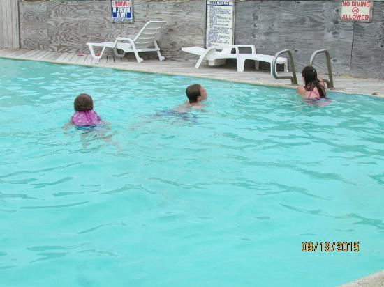 Sandspur Motel & Cottage Court: above ground pool