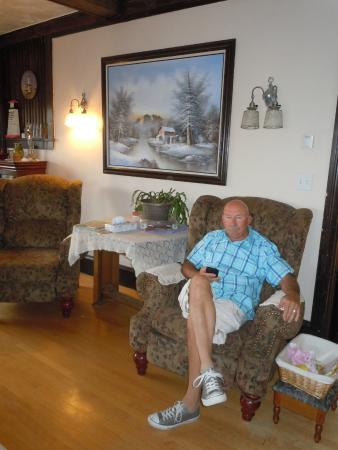 Tintic Goldminers Inn: Relaxing in common area