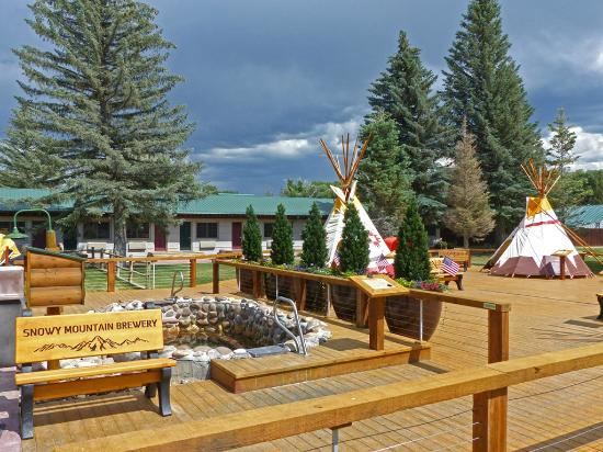 Saratoga Hot Springs Resort: New decking around the teepee hot pools!