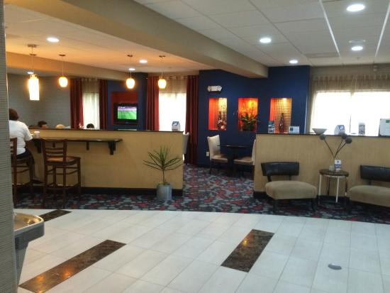 Comfort Suites: Comfortable lobby