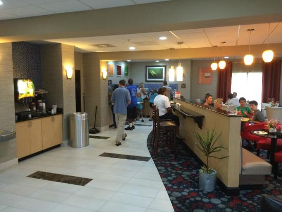 Comfort Suites : Breakfast buffet