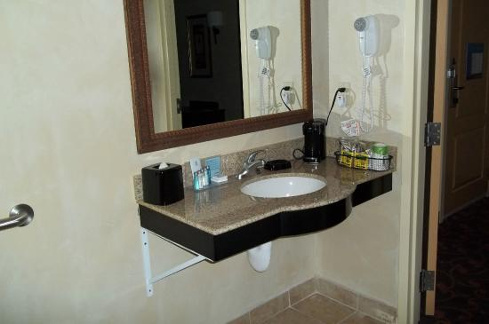 Hampton Inn & Suites Dallas-Arlington North-Entertainment District : ADA Accessible Room Vanity