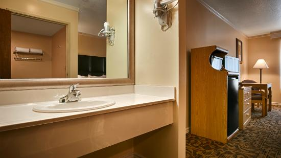 BEST WESTERN PLUS Northwoods Inn: Wide Vanity Available