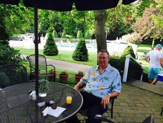 Sesuit Harbor House : Outdoor breakfast patio