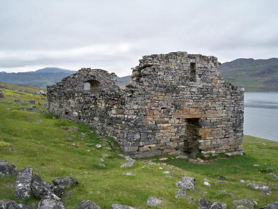Qaqortoq, جرينلاند: Hvalsey church ruin as seen from main entrance.