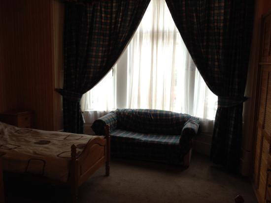 Beersbridge Lodge Guesthouse : Sofa vor dem Erkerfenster