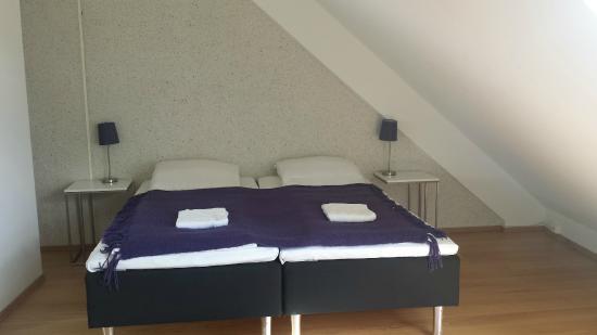 Bryggen Panorama Suites: Bedroom (in the one bedroom apt); has closet