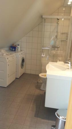 Bryggen Panorama Suites: Bathroom with washer and dryer in the one bedroom apt